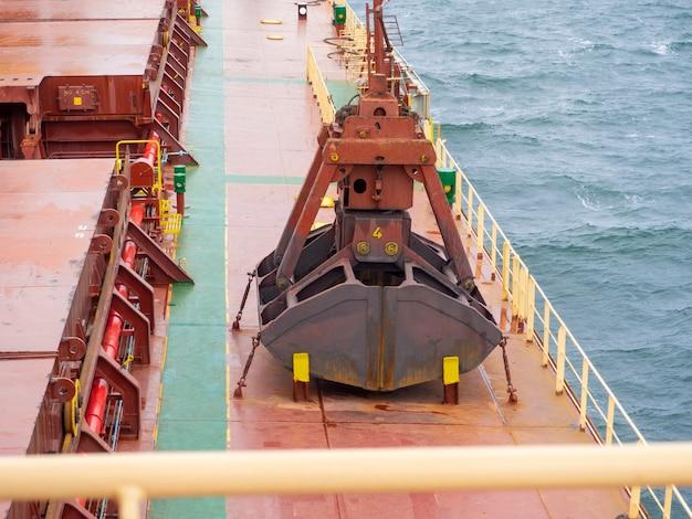 Caranguejo de guindaste para carregar transportador seco em um navio de convés marítimo
