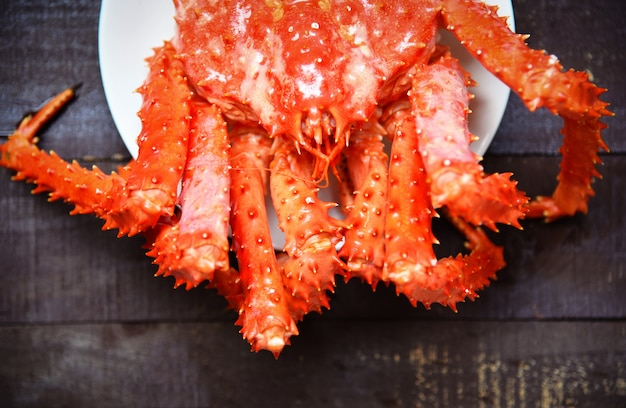 Caranguejo de rei fresco do alasca cozido a vapor ou frutos do mar cozidos no prato e madeira hokkaido de caranguejo vermelho