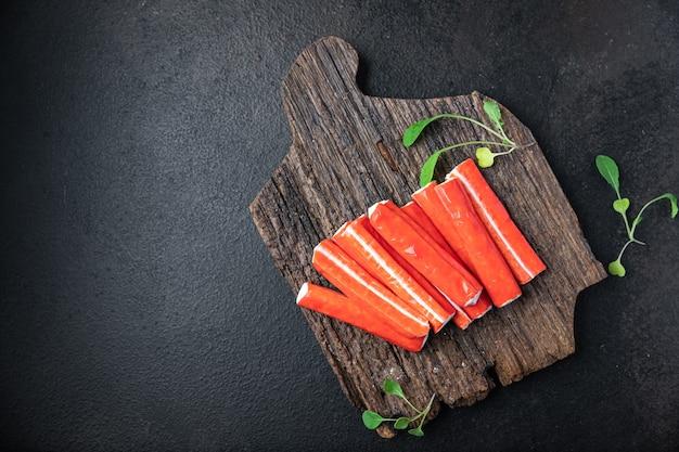Caranguejo em palitos porção semiacabada de frutos do mar frescos prontos para comer refeição lanche na mesa copie espaço