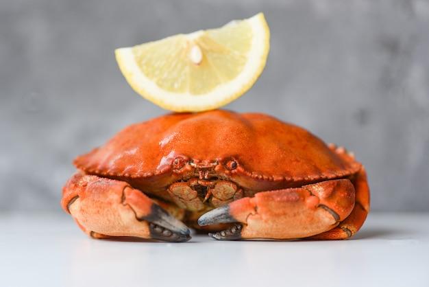 Caranguejo fresco e limão para salada no prato de frutos do mar cozidos