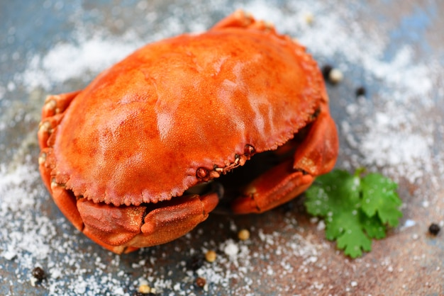 Caranguejo fresco na chapa preta - frutos do mar cozidos