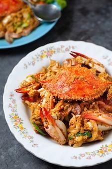 Caranguejo frito com caril em pó, comida tailandesa