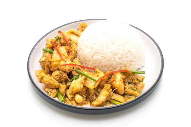 Caranguejo frito em curry em pó com arroz