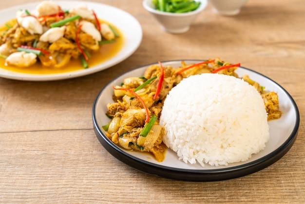Caranguejo frito em pó de caril com arroz