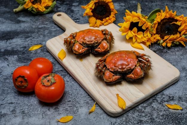 Caranguejos cozidos na tábua com girassóis