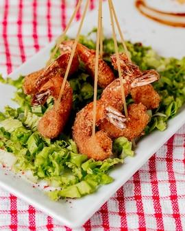 Caranguejos crocantes fritos e servidos com alface em palitos.