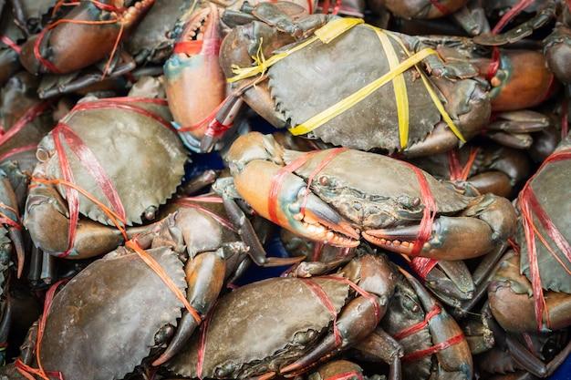 Caranguejos de lama serrilhados frescos preparar para vender no mercado de alimentos de rua, caranguejos de lama gigante, serrated mud crab