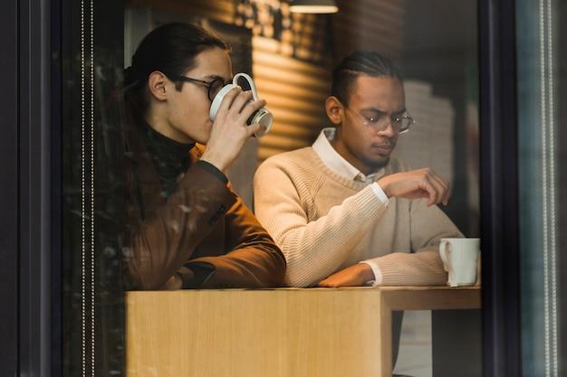 Caras de tiro médio tomando café dentro de casa