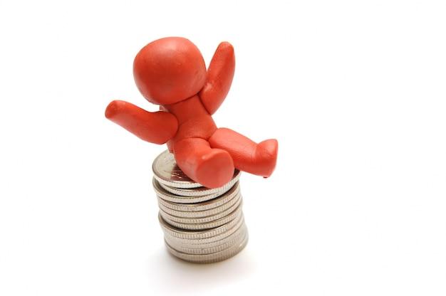 Caráter feliz sentado em uma montanha de moedas