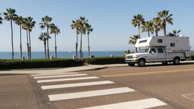 Caravana de trailer em autocaravana, oceano, mar, praia, viagem por estrada da costa da califórnia eua. autocaravana rv, autocaravana
