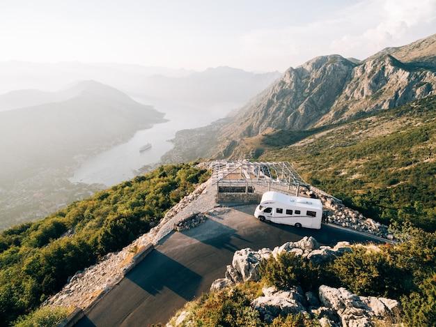 Caravana no topo do monte lovchen, em montenegro, uma casa sobre rodas perto de um penhasco na montanha