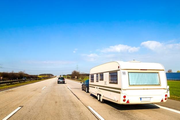 Caravana ou reboque de trailer de veículo recreativo em uma estrada de estrada