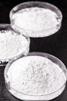 Carbonato de cálcio, o resultado da reação do óxido de cálcio com o dióxido de carbono. sendo preparado em placa de petri