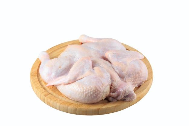 Carcaça de frango cru na tábua, isolado no fundo branco