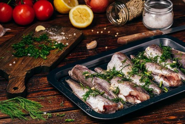 Carcaças de pescada na assadeira com legumes e especiarias