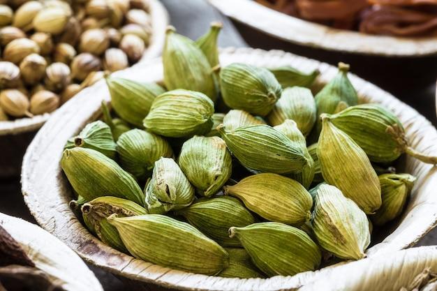 Cardamomo verde em tigela de coco