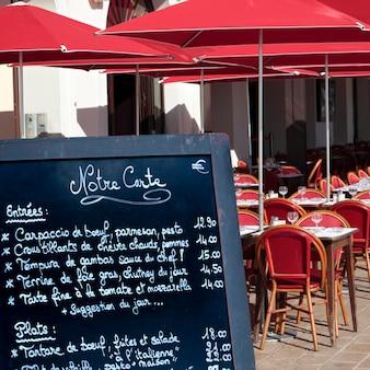 Cardápio de restaurante francês na rua