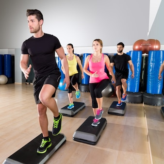 Cardio grupo de dança passo no treinamento de ginástica fitness
