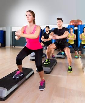 Cardio step dance squat grupo no ginásio de fitness