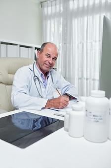 Cardiologista analisando cardiograma
