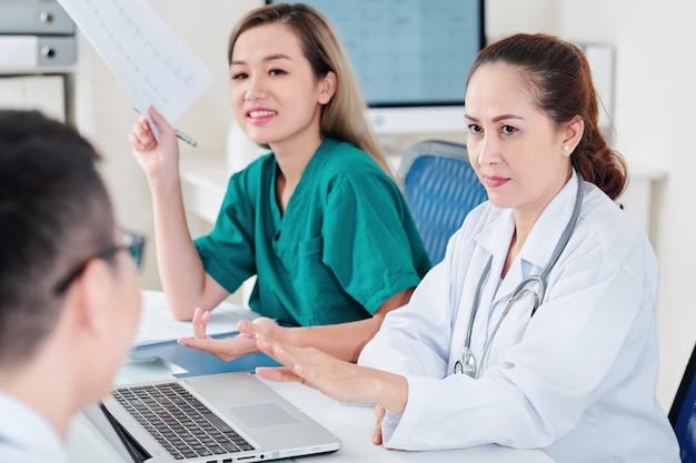 Cardiologista conversando com sua equipe