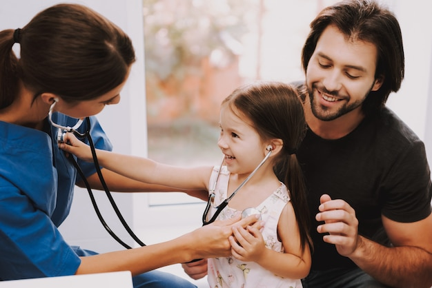 Cardiologistas doutor plays auscultação com kid.