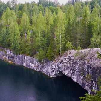 Carélia, ruskeala, pedreira de mármore, desfiladeiro, natureza do norte dura