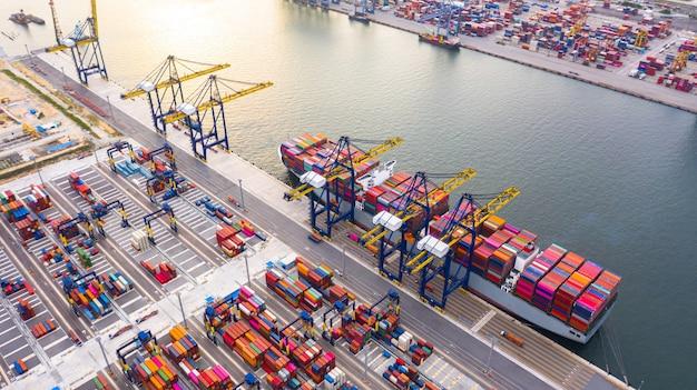 Carga e descarga de navios porta-contêineres no porto de alto mar