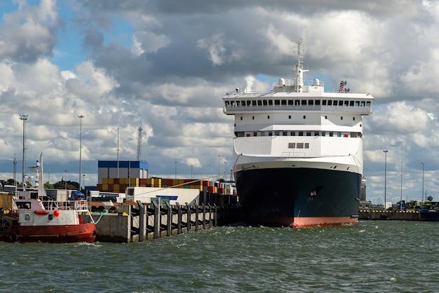 Cargueiro grande ou navio de cruzeiro carregando no porto.