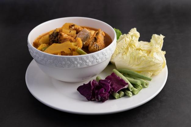 Caril amarelo com peixe snakehead, comida tailandesa