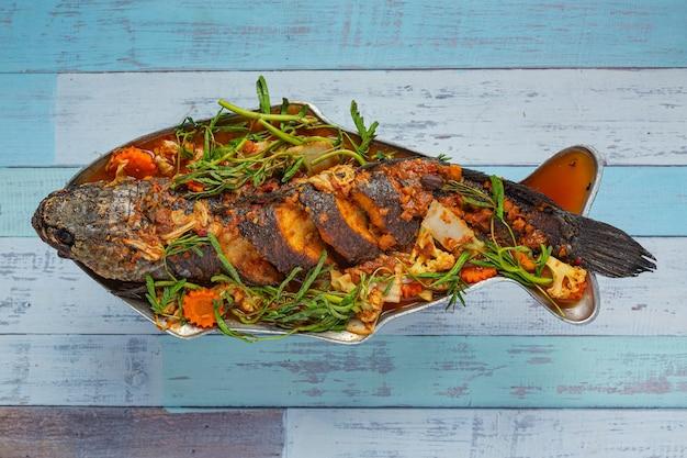 Caril azedo com peixe snakehead, hot pot picante de jardim, comida tailandesa.