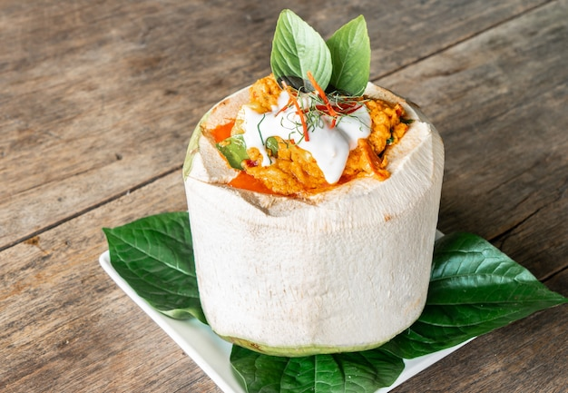 Caril de coco cozido no vapor na mesa de madeira do restaurante