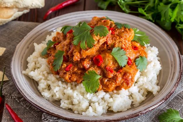 Caril de frango com arroz e coentro.