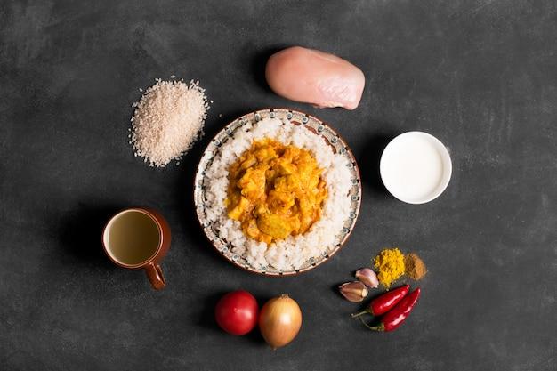 Caril de frango com arroz