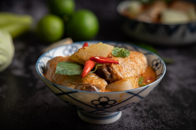 Caril de frango com melão de inverno, com cogumelo, alho, pimenta e manjericão