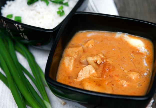 Caril de frango em uma tigela com arroz