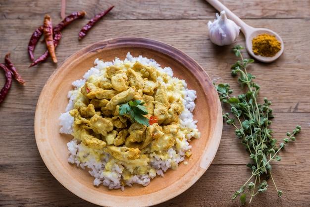Caril de frango indiano com arroz branco
