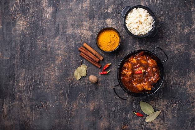 Caril de frango tikka masala com arroz