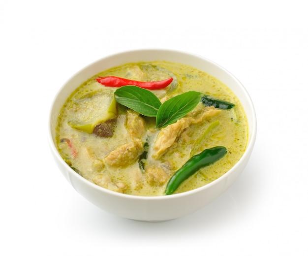 Caril de frango verde comida tailandesa no bolw branco sobre branco