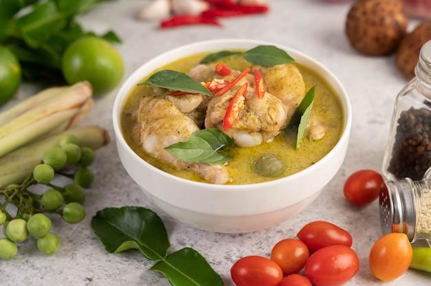 Caril de frango verde em uma tigela.