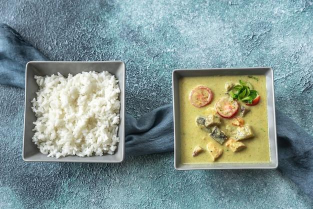 Caril de frango verde tailandês com arroz