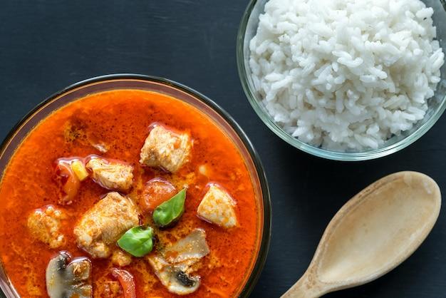Caril de frango vermelho tailandês com arroz branco