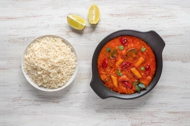 Caril de goa de legumes misturados com arroz basmati, comida indiana