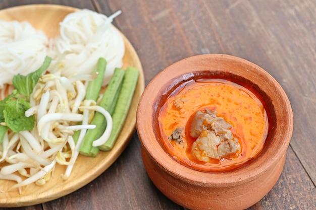 Caril de macarrão de arroz com frango