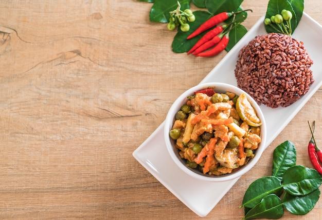 Caril de panaeng com arroz de carne de porco e bagas