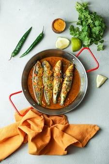 Caril de peixe ao estilo indiano, sardinha com molho de mostarda