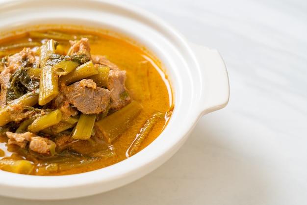 Caril de porco tailandês com corriola