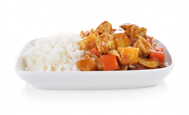 Caril e arroz no fundo branco.