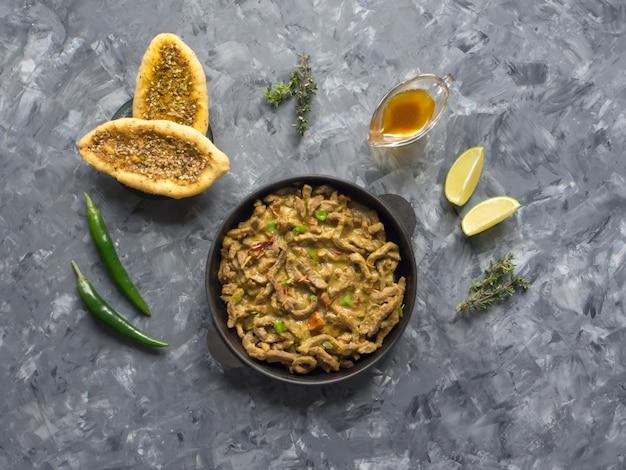 Caril indiano picante da carne. prato picante indiano com carne.