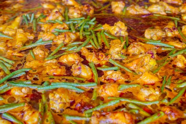 Caril quente e picante de frango e feijão-caupi